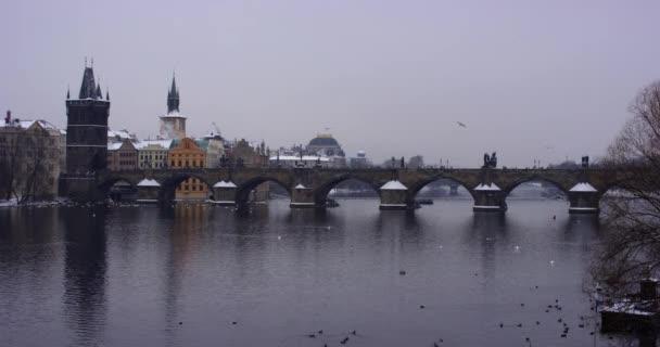 Karlův most v starém městě, při pohledu z řeky Vlatva, Prague zpomalené