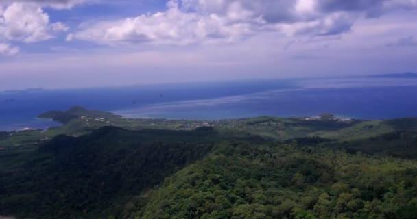 Thajsko. Panoramatický pohled na hory ostrova Phuket v oblacích. 4k Timelapse