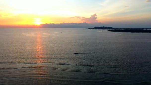 Légi drón kilátás óceán sodródó halászhajó felett csodálatos naplemente tükröződik a víz.