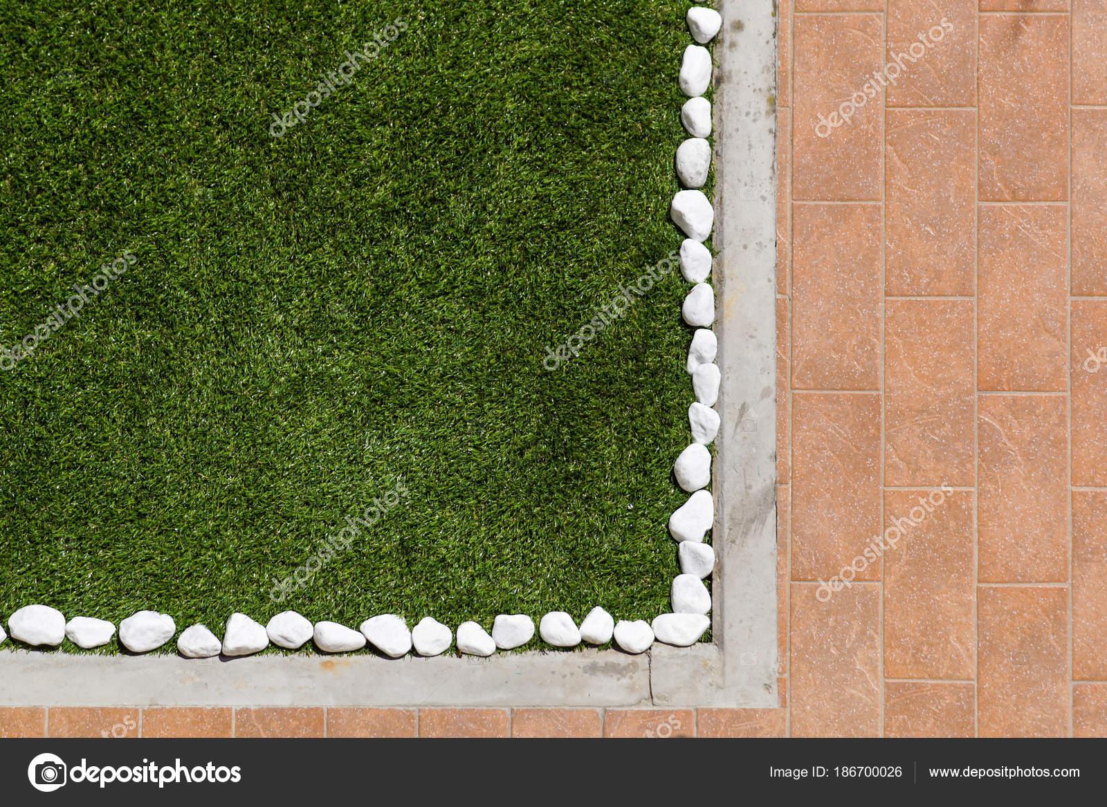 Disegno del pavimento con piastrelle e ciottoli ornamentali vari