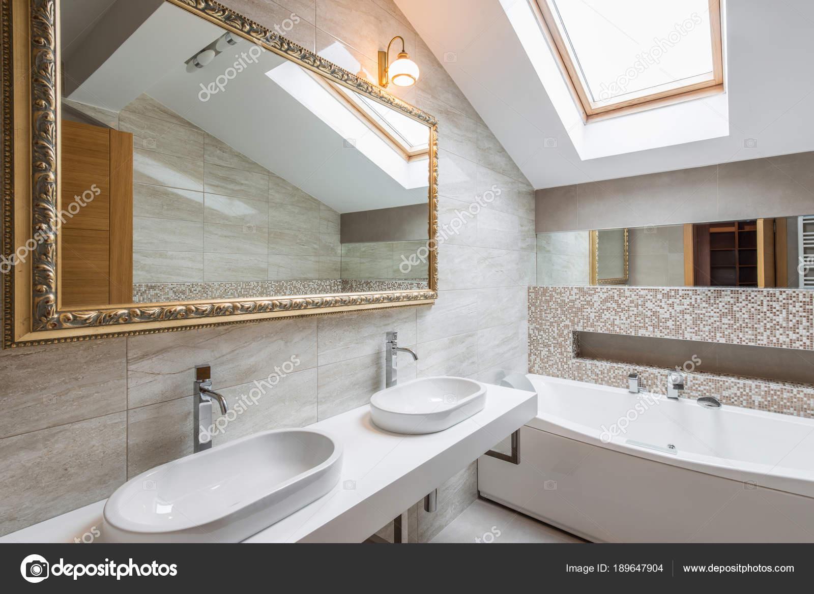 Luxe Badkamer Interieur : Interieur van een luxe badkamer in loft appartement u2014 stockfoto © dr