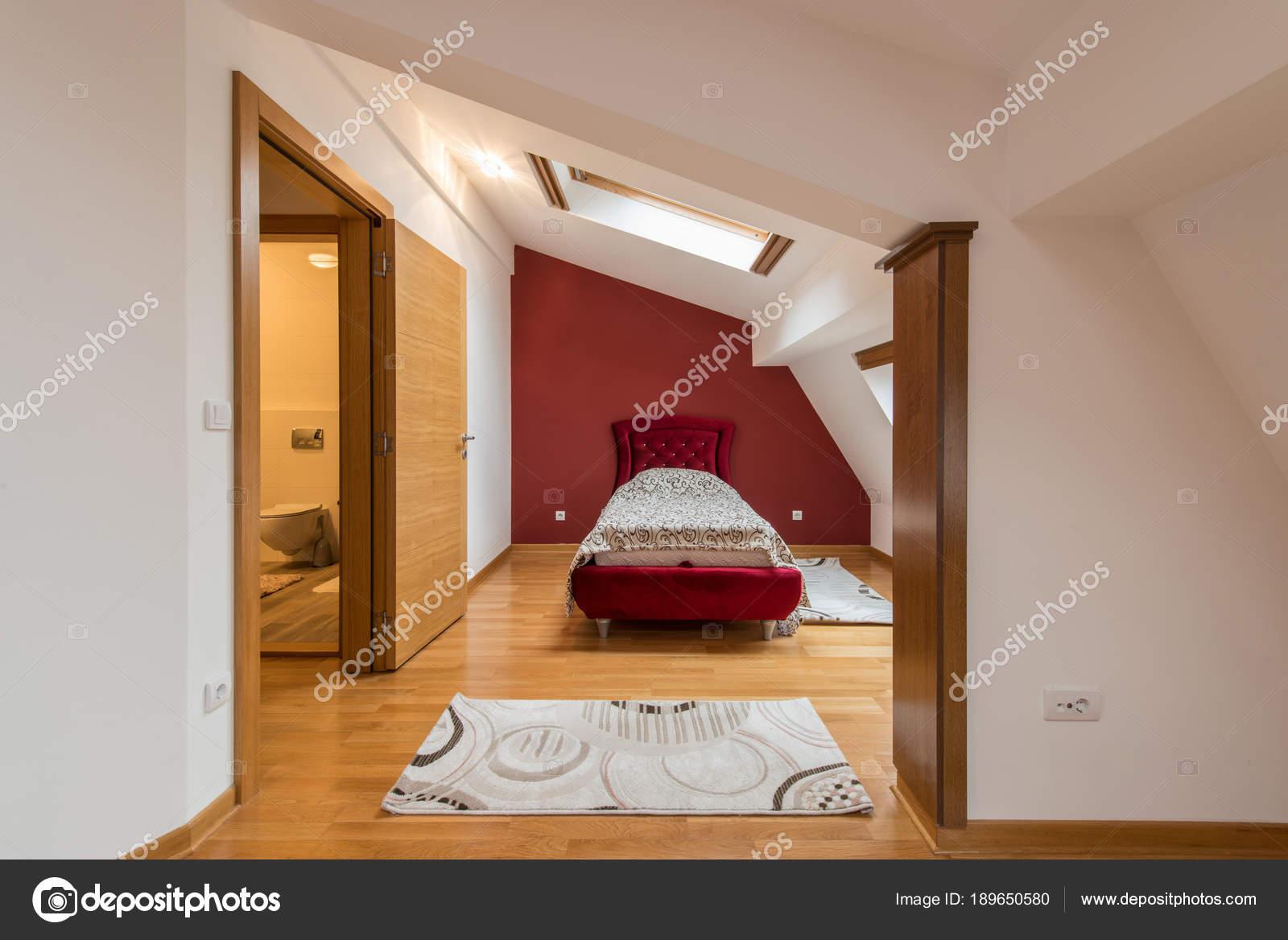 Interieur De Luxe Appartement slaapkamer interieur in luxe rood hok, zolder, appartement