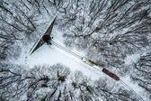 Fényképek Budapest, Magyarország - Légifelvételek a havas erdőben, és piros vonat jön ki egy alagút, téli időben, elfoglalták a fenti egy drone: Huvosvolgy
