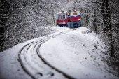 Fényképek Budapest, Magyarország - gyönyörű téli erdei jelenet a hó és a régi színes vonat a pályán a magyar erdő Huvosvolgy