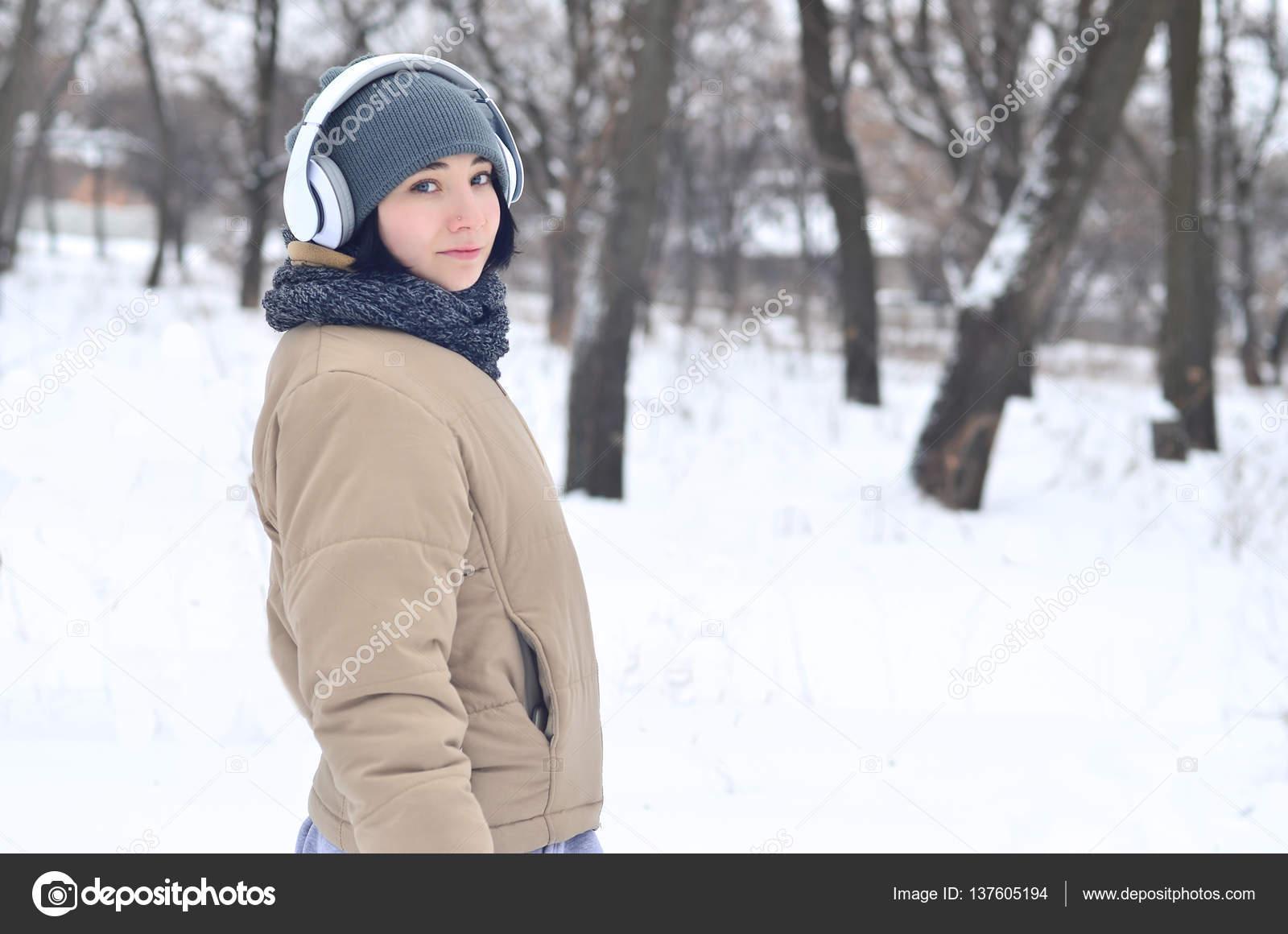 Een Warme Winter : Winter portret van een jong meisje met koptelefoon u2014 stockfoto