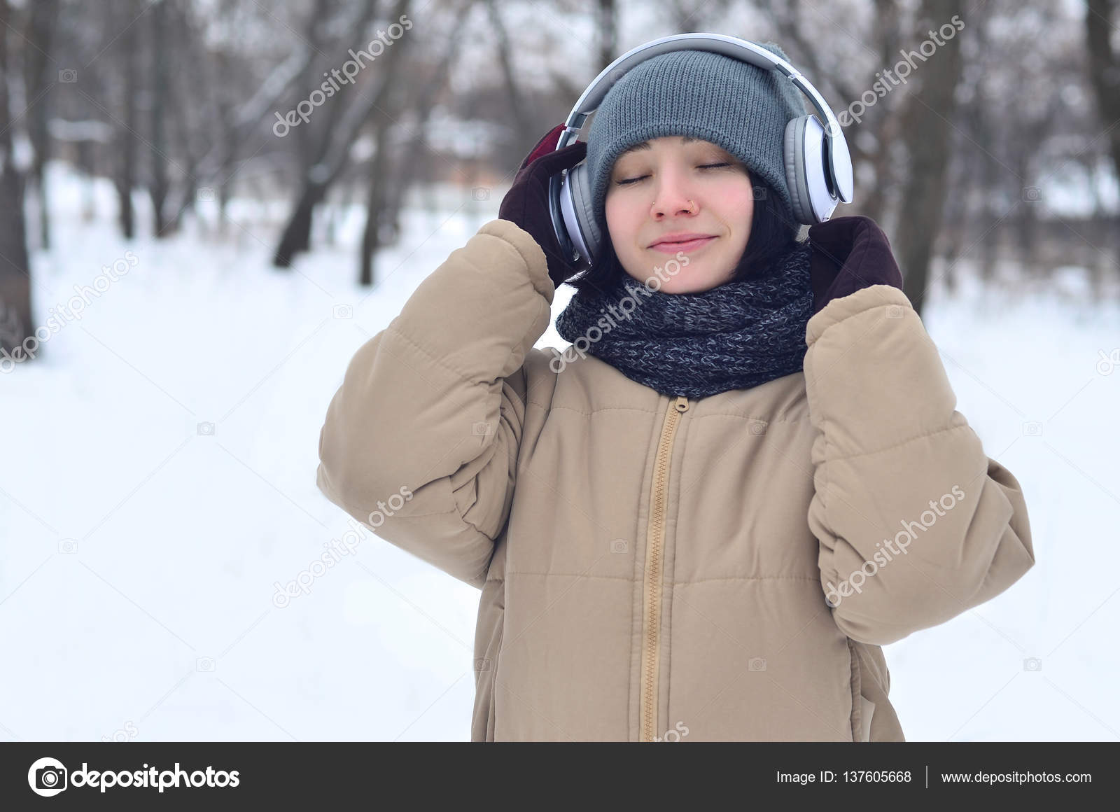 db06defa2b5e Winter portrait of young girl with headphones — Stock Photo ...