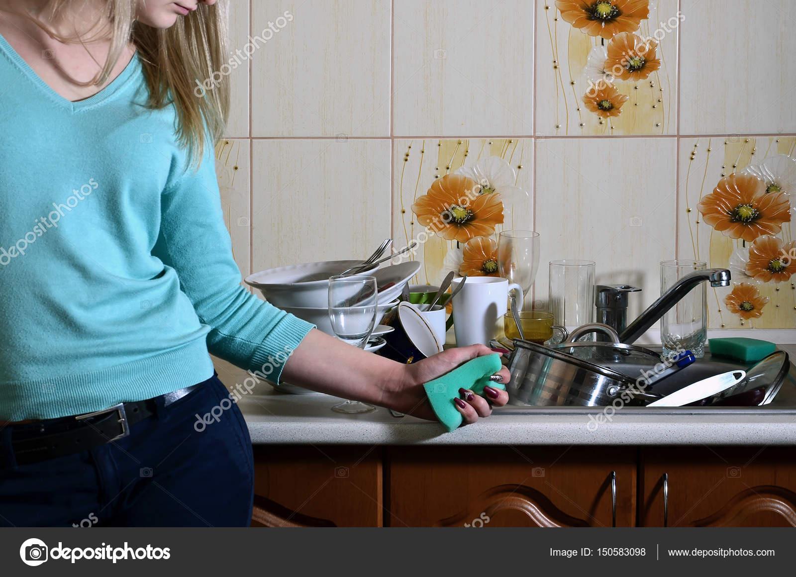 Frammento del corpo femminile al bancone della cucina, riempito con ...