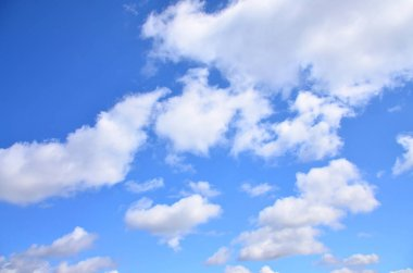 A photo of a bright and shiny blue sky with fluffy and dense whi