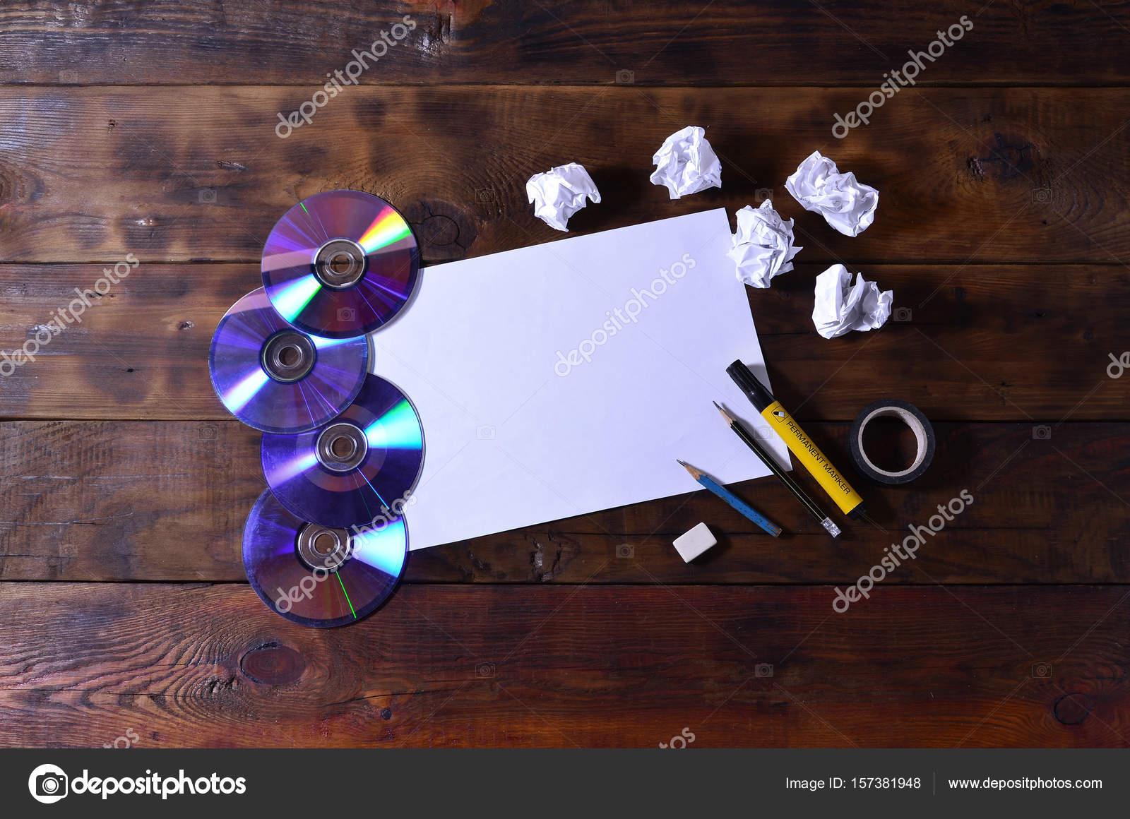Een school kantoor stilleven met een witte blanco vel papier