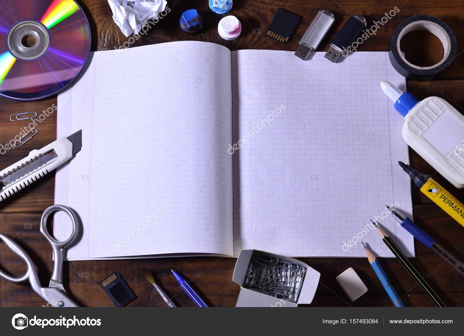 Een school kantoor stilleven met een laptop met een open