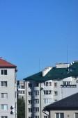 Fotografie Střechy z moderních domů pod bezmračnou oblohou. Plechových střech metoda