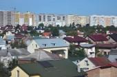 Střechy z moderních domů pod bezmračnou oblohou. Plechových střech metoda
