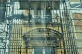 Fotografia Il vecchio edificio è in fase di ricostruzione. Scaffolds installato e protetto da una rete forte