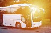 Weißer Touristenbus für Ausflüge. Der Bus ist auf einem Parkplatz in der Nähe der Park geparkt.