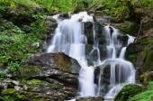 Wasserfall-Schiffchen (shipit) - einer der schönsten und vollständigsten Wasserfälle Transkarpatiens