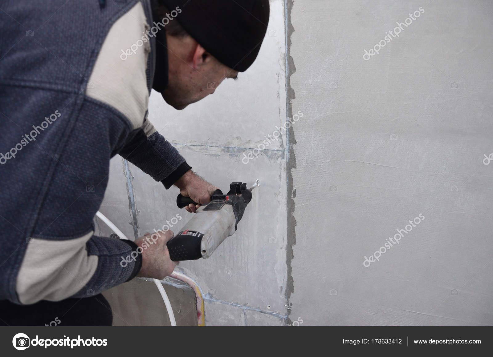 Ein Alterer Arbeiter Bohrt Ein Loch Einer Wand Styropor Fur