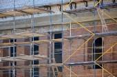Fotografia Scaffold installato vicino ledificio in costruzione in mattoni multipiano