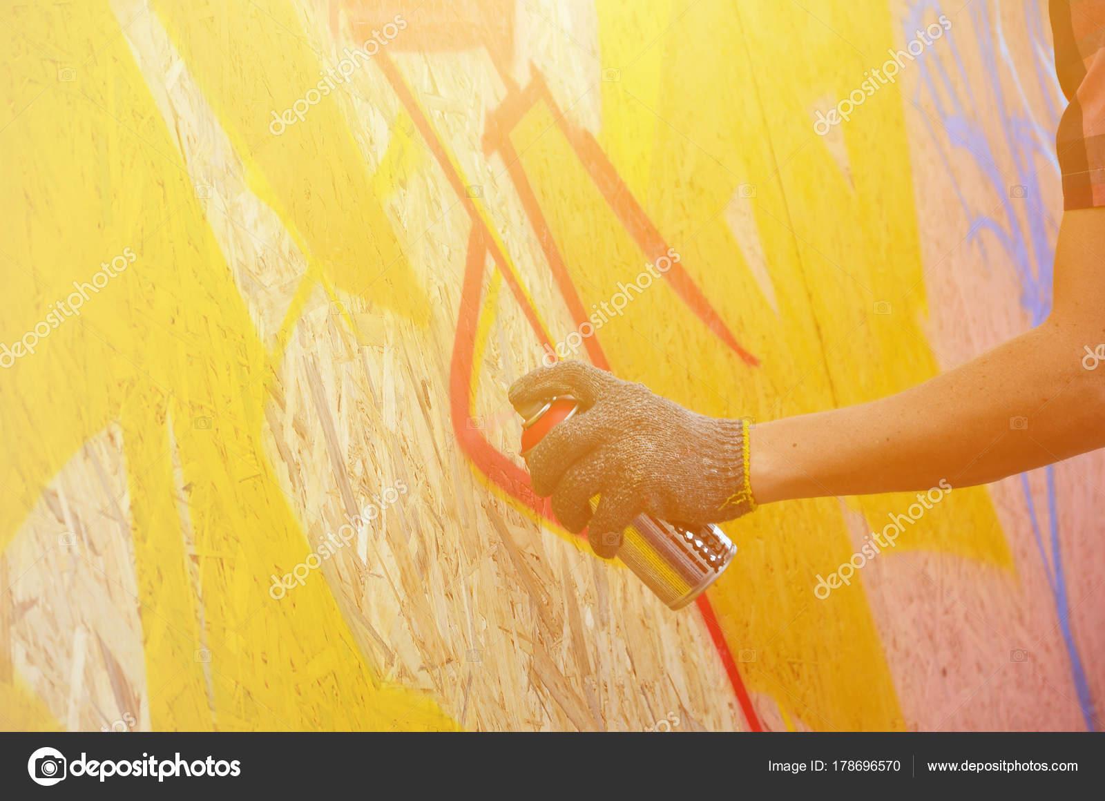 Una Mano Con Spray Puede Que Dibuja Una Nueva Pintada — Foto de ...