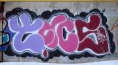 Fényképek A régi falra festett színes graffiti rajz piros aeroszol festékek. A téma a rajz és a graffiti street art háttérkép