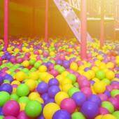Mnoho barevné plastové míčky v dětské ballpit na hřiště