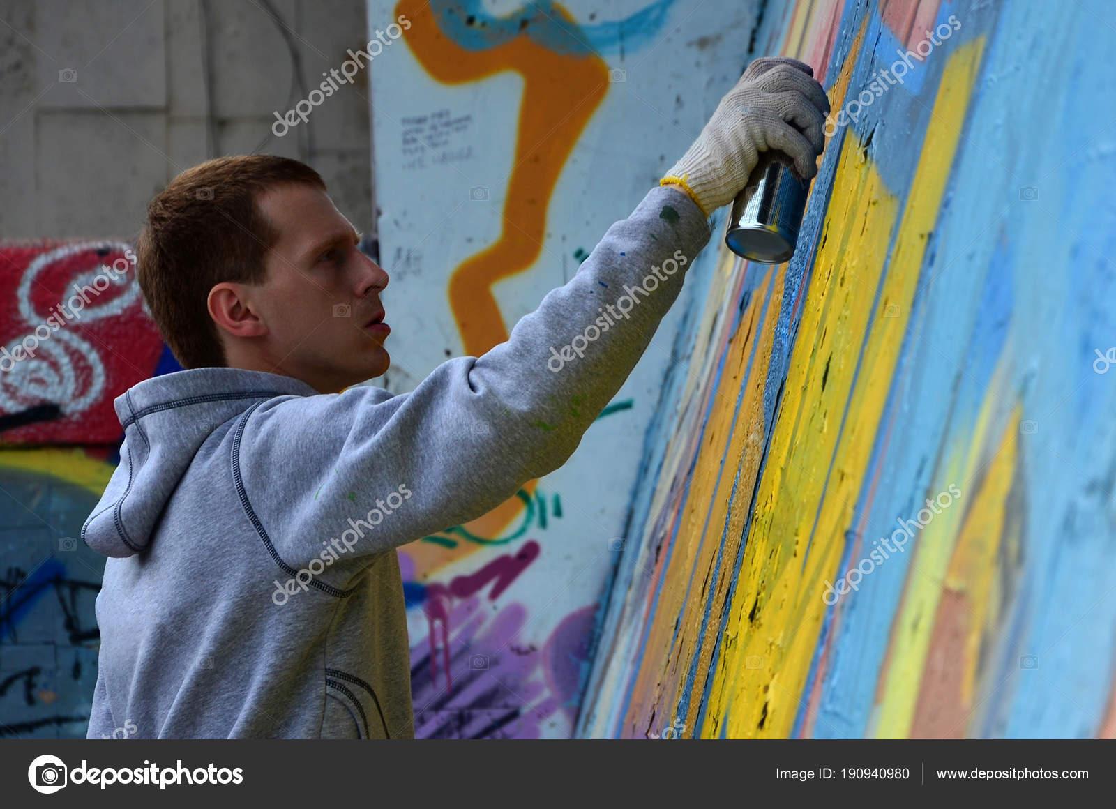 Artista Graffiti Pelirroja Joven Pinta Una Nueva Pintada Pared Foto ...