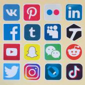 Sok papír ikonok logó legnépszerűbb közösségi hálózatok és okostelefon alkalmazások chat és beszélgetések online