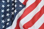 Spojené státy americké mávají vlajkou s mnoha záhyby