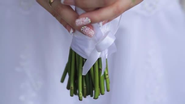 Gyönyörű menyasszonyi csokor, kezében a fiatal menyasszony