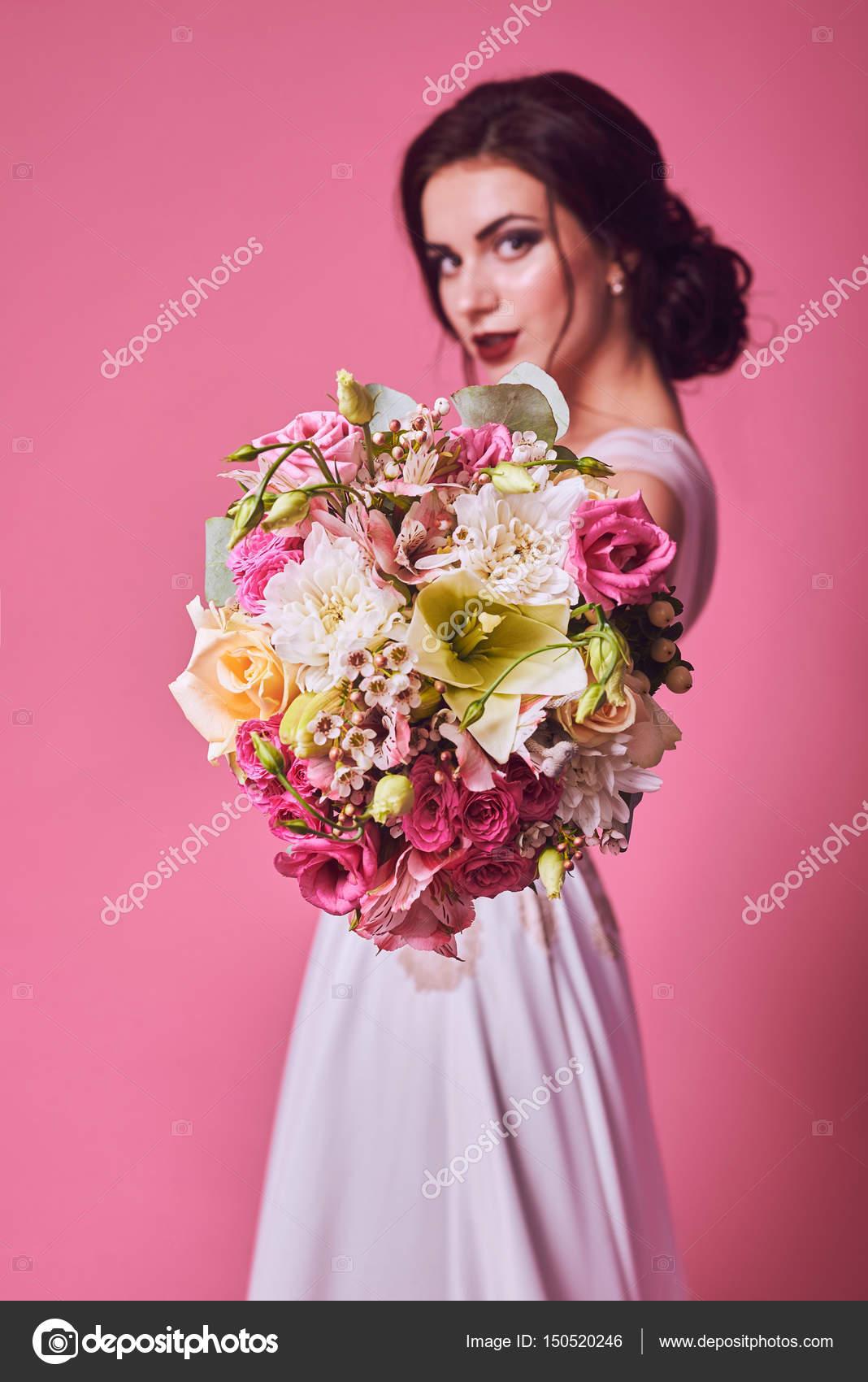 Retrato de novia Brunet en estudio rosa — Fotos de Stock © vitalii ...