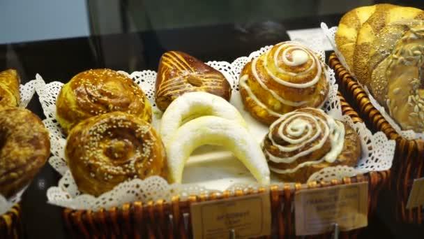 Bolti ablak egy pékségben vagy élelmiszerboltban, széles választékkal vagy változatos sivatagokkal. Tarts, pite, krémes sütemény, csokis édesség,
