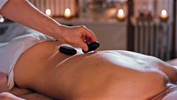 mladá žena dostává masáž