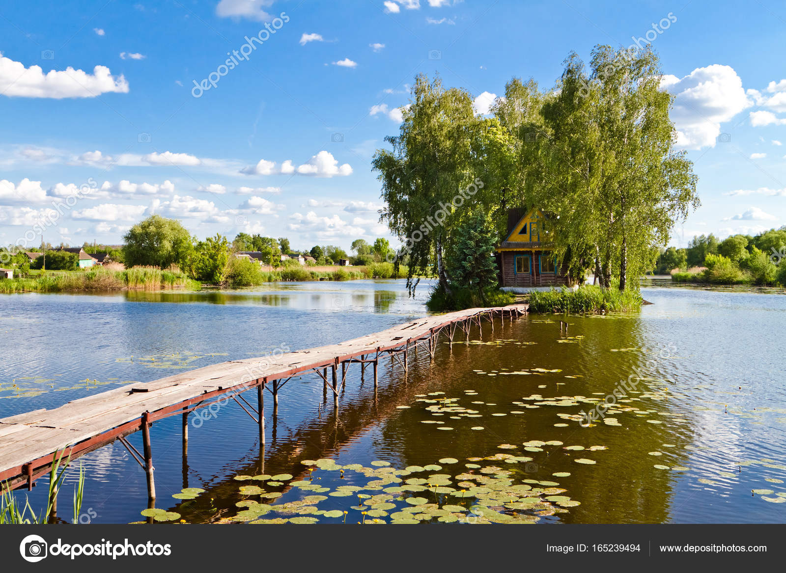Kleines Haus einer der Insel. Landschaft mit Brücke, das Haus am See ...