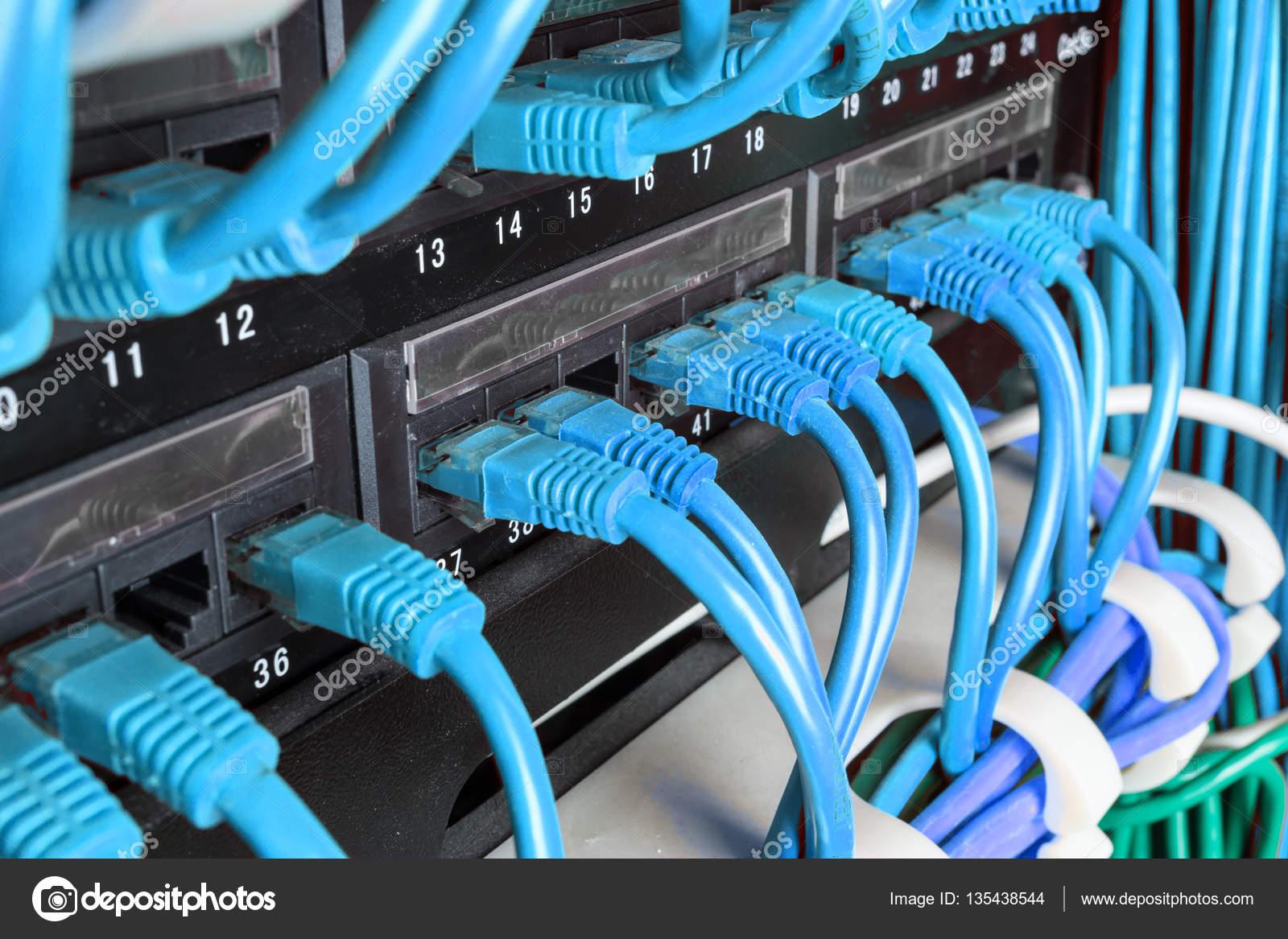 Server-Rack mit grünen Kabel — Stockfoto © Angelus_Liam #135438544