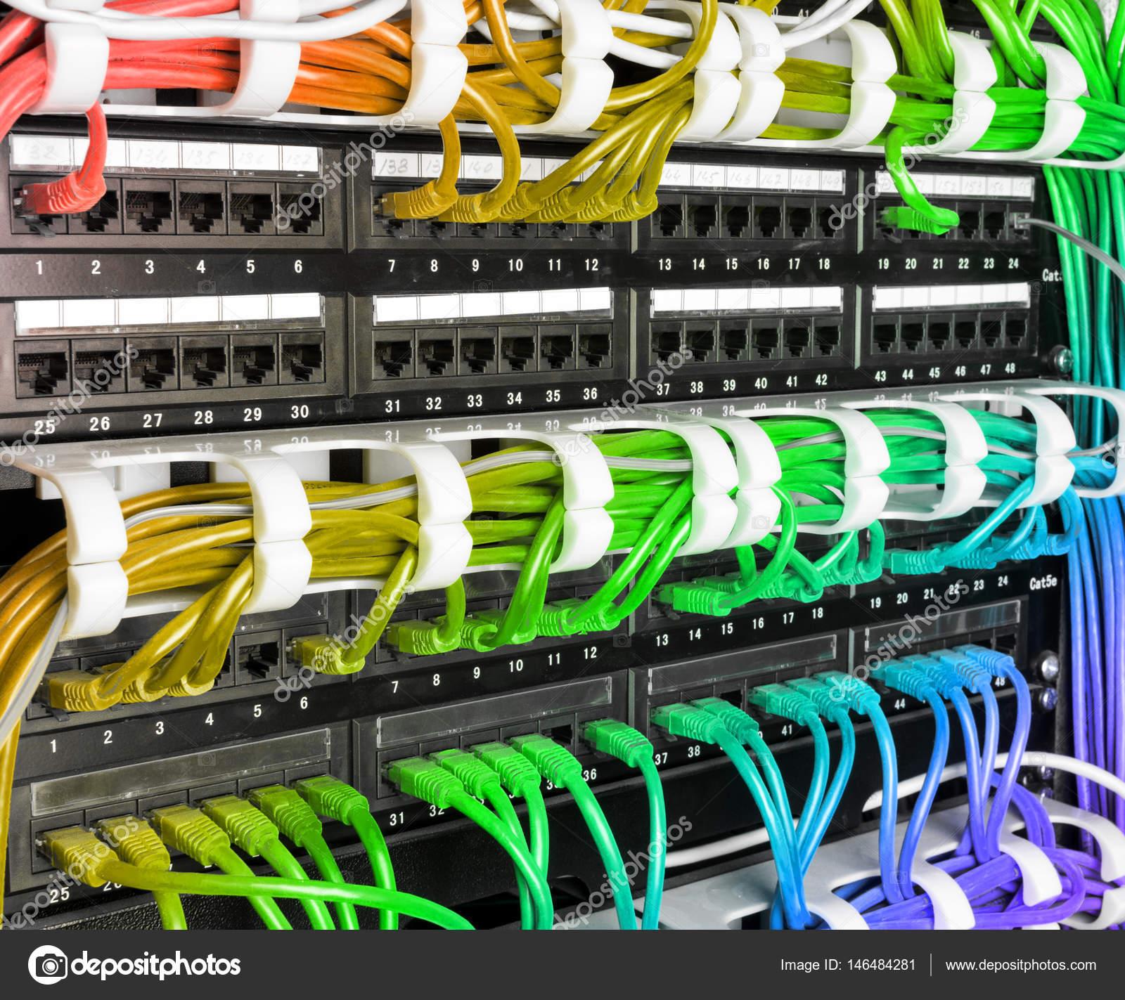 Serwer rack z rainbow internet kabel patch kable — Zdjęcie stockowe ...