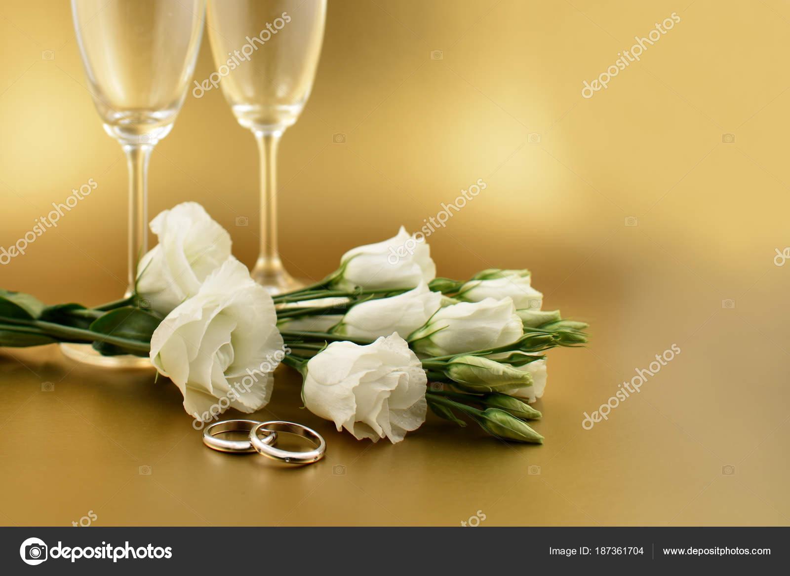 Goldene Hochzeit Hintergrundbilder Weisse Bluten Mit Einem Ring