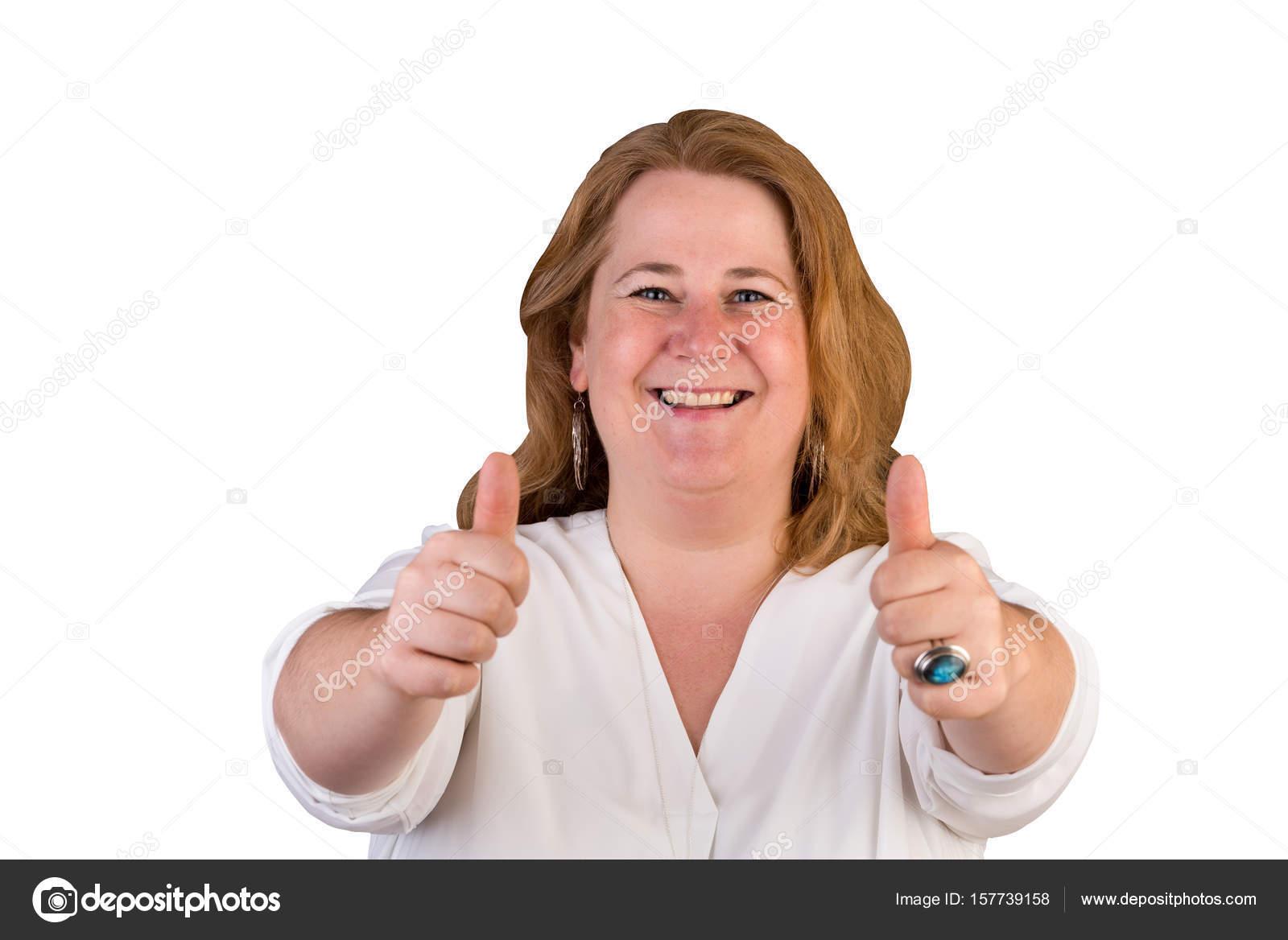 ee9611cc7815 Πορτρέτο του ένα ελκυστικό ευρωπαϊκό ελαφρύ υπέρβαρος κόκκινα μαλλιά  γυναίκα σε άσπρο πουκάμισο δείχνει τους αντίχειρες επάνω