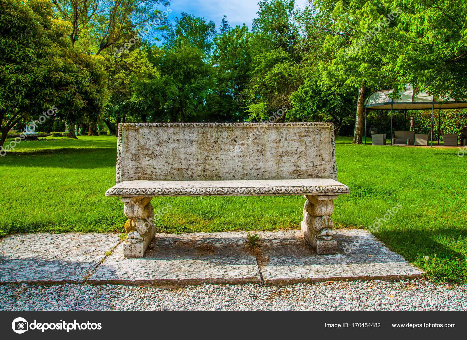 beau parc avec un banc de pierre photographie cone88 170454482. Black Bedroom Furniture Sets. Home Design Ideas