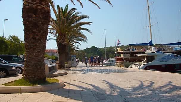 tyrkysová voda křišťálově čisté Jaderské moře v městě Makarska, Dalmácie, Chorvatsko