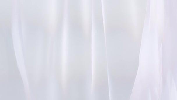 Čiré bílé záclony, vlající ve větru