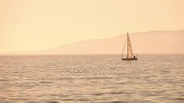 Yacht, vitorlás ellen naplemente. vakáció életmód táj skyline vitorlás hajó. vitorlázás turizmus - tengeri esti séta. romantikus utazás luxus jachton a tengeri naplemente alatt