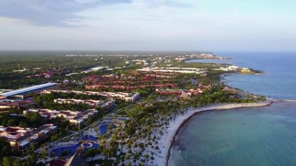 Letecký dron zastřelen. Kamera pomalu klesá odhalit s nádherným výhledem na pobřeží Karibského moře. Krásné stíny kokosových palem při západu slunce. Riviera Maya, Quintana Roo, Mexiko