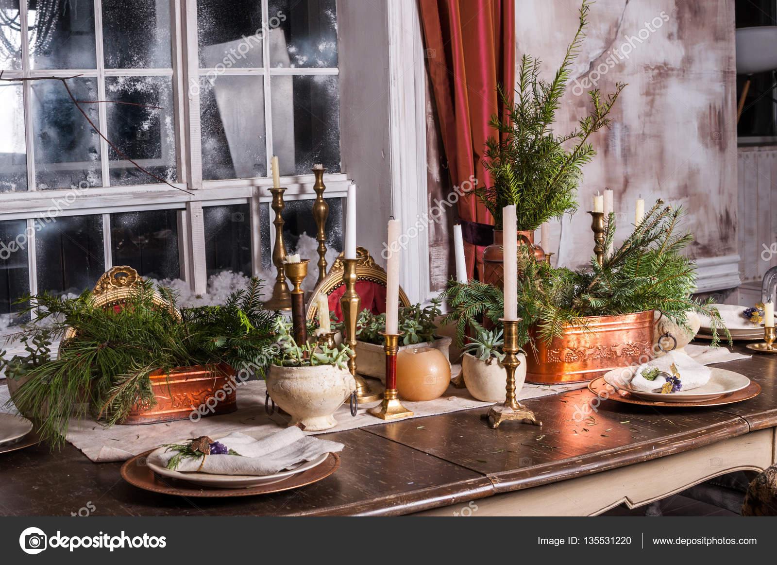 Beau Table à Manger Décorées Pour Noël Et Pièce Maîtresse à Feuilles  Persistantesu2013 Images De Stock Libres De Droits