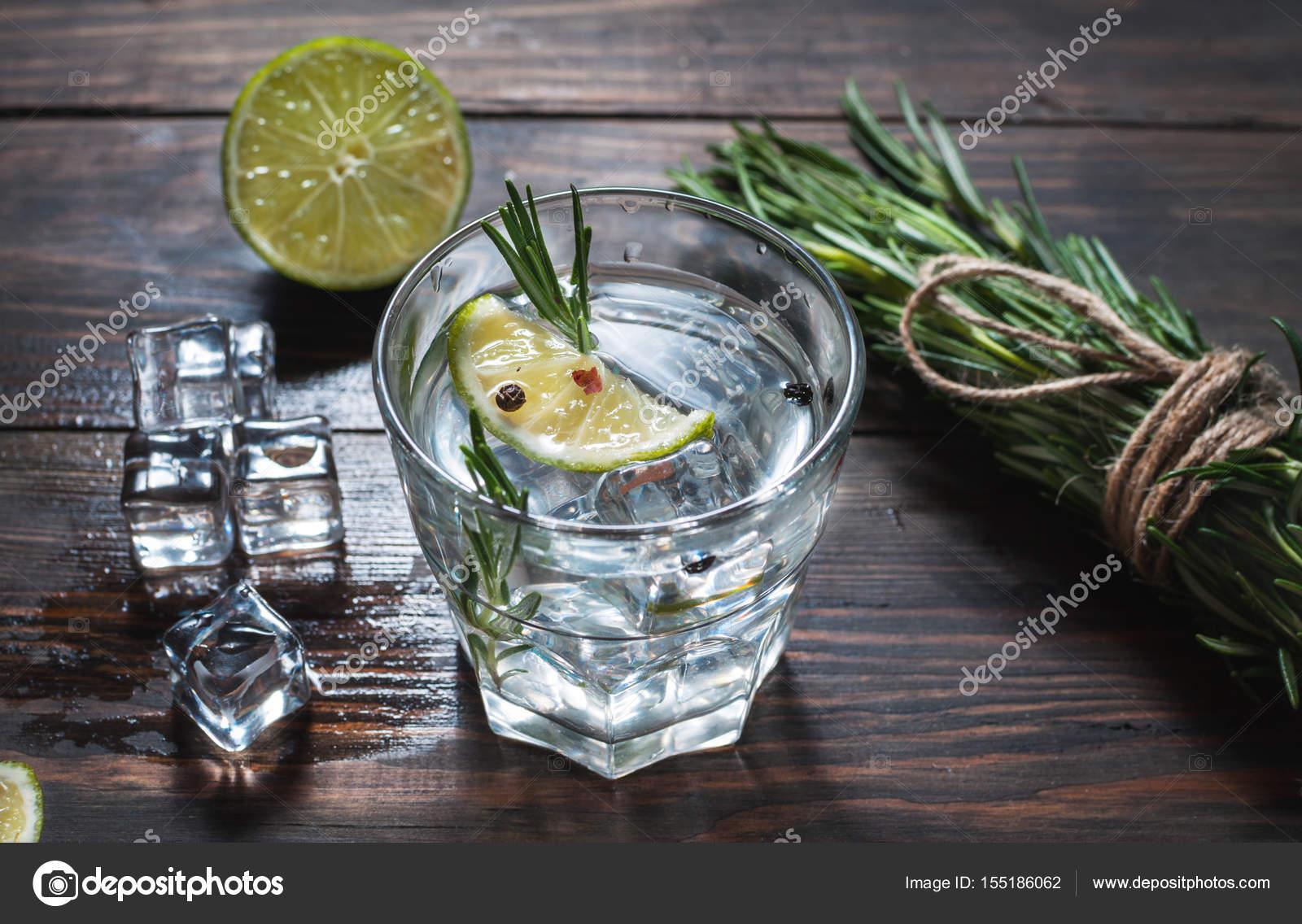 Alkoholisches Getränk - Gin Tonic Cocktail - mit Limette, Rosmarin ...