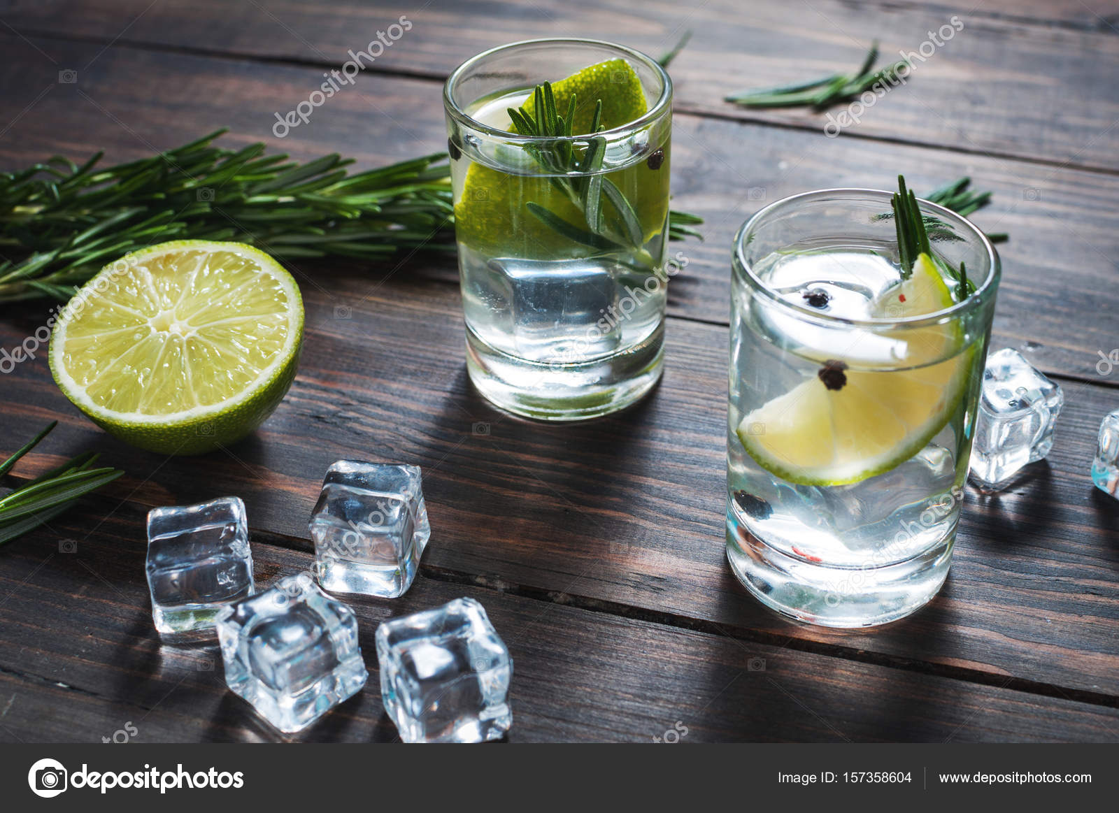 alkoholisches getr nk gin tonic cocktail mit limette. Black Bedroom Furniture Sets. Home Design Ideas