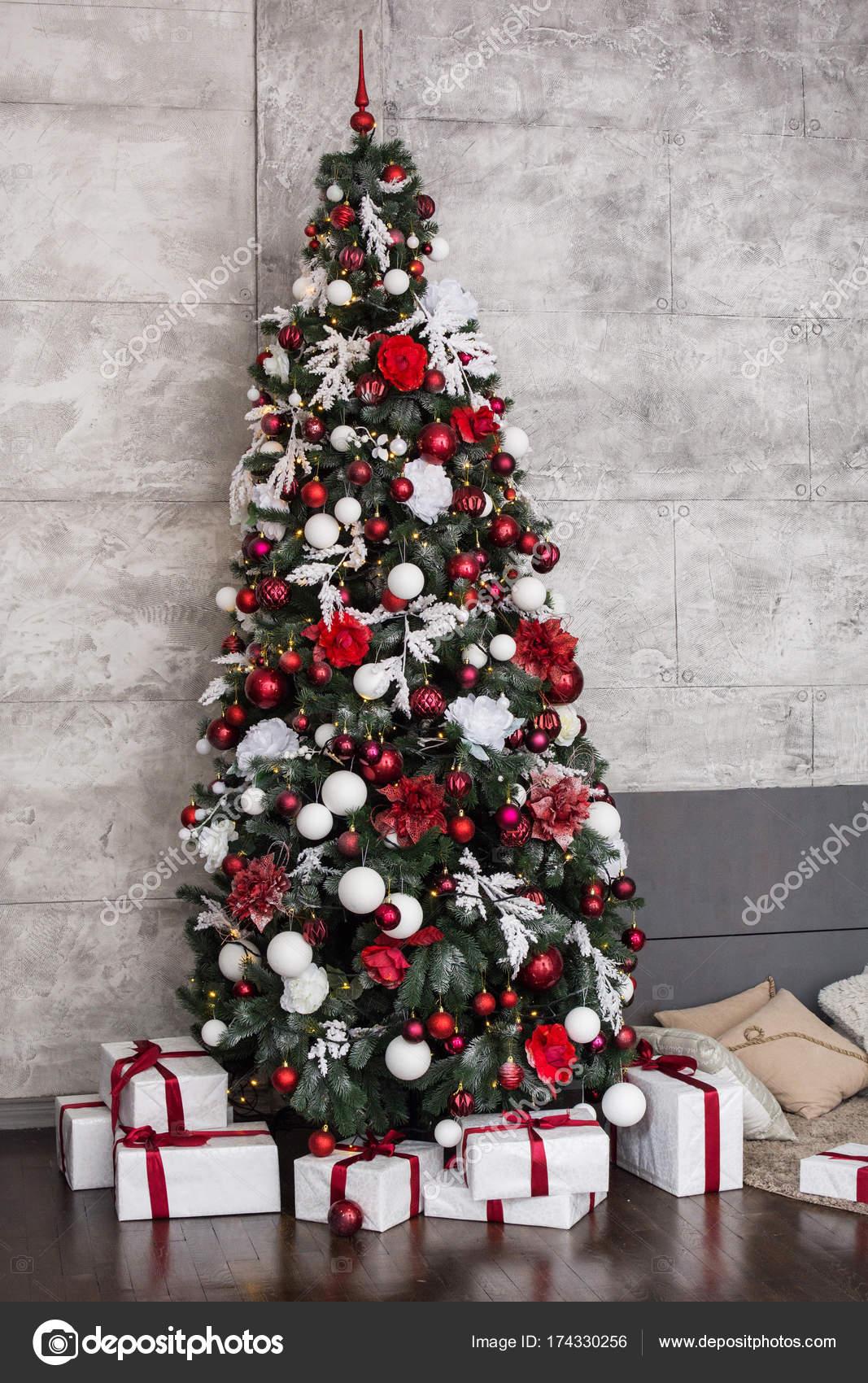 Schöne Holdiay eingerichtetes Zimmer mit Weihnachtsbaum mit ...