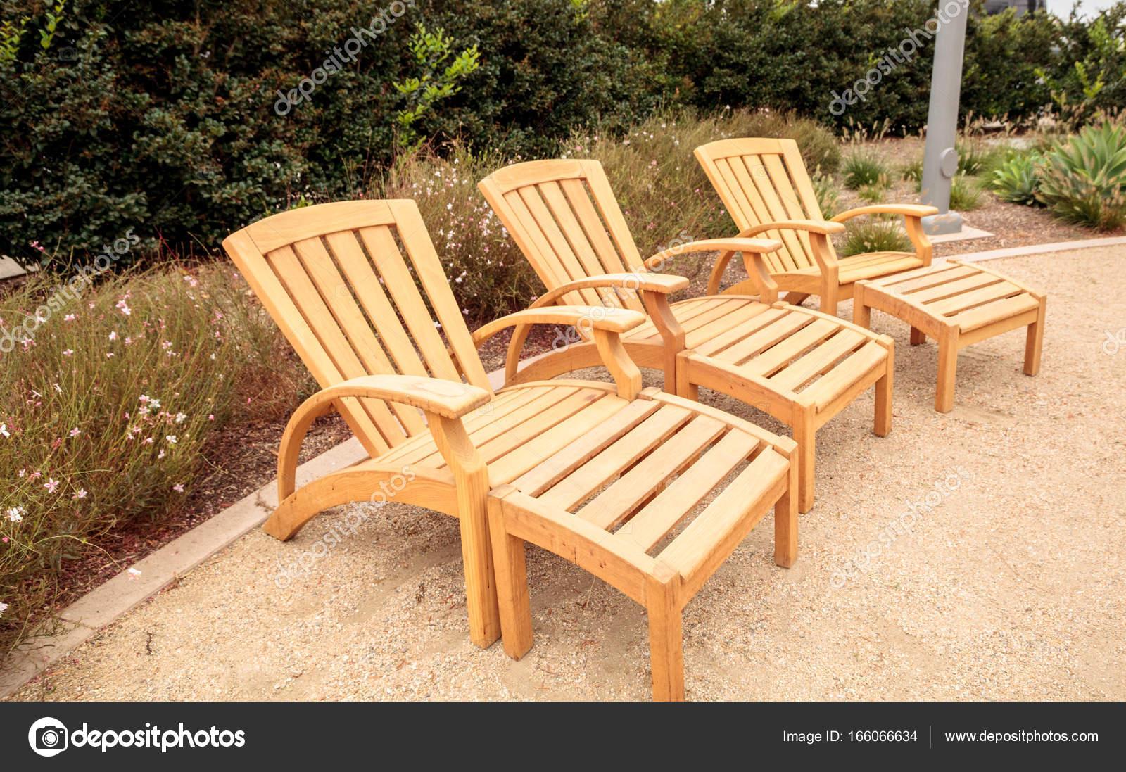holz terrasse liegestühle im garten — stockfoto © stephstarr9363