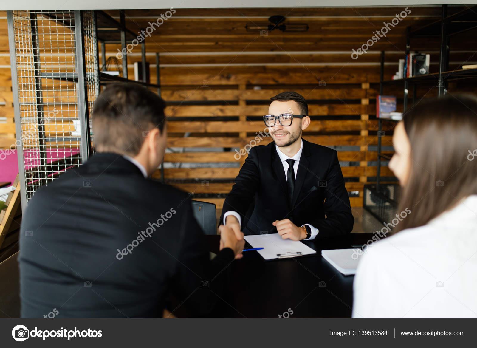 Venda o conceito saudaes de gerente com casal em seu escritrio venda o conceito saudaes de gerente com casal em seu escritrio fotografia de stock m4hsunfo