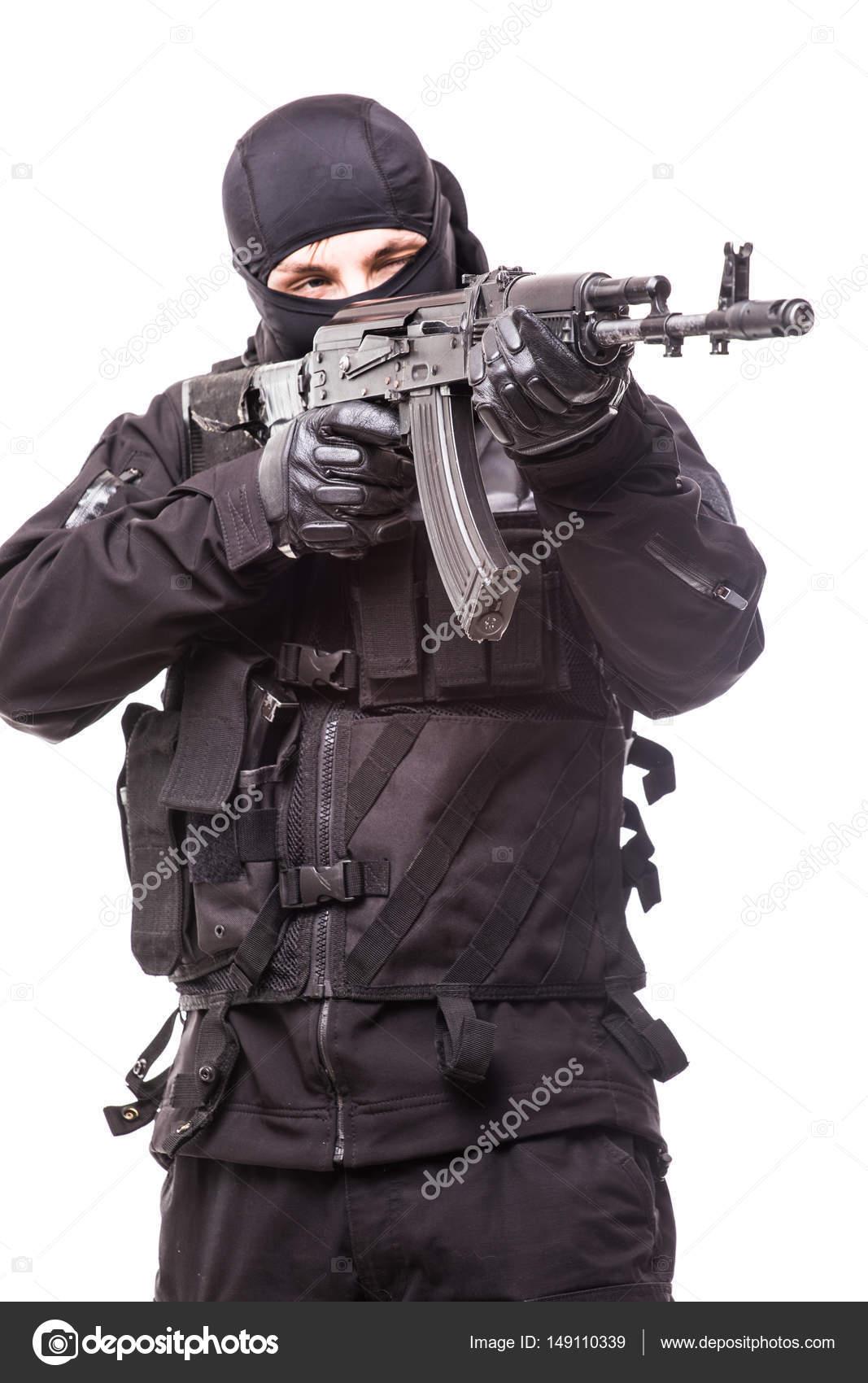 黒マスクと銃を持つ黒い制服を目...