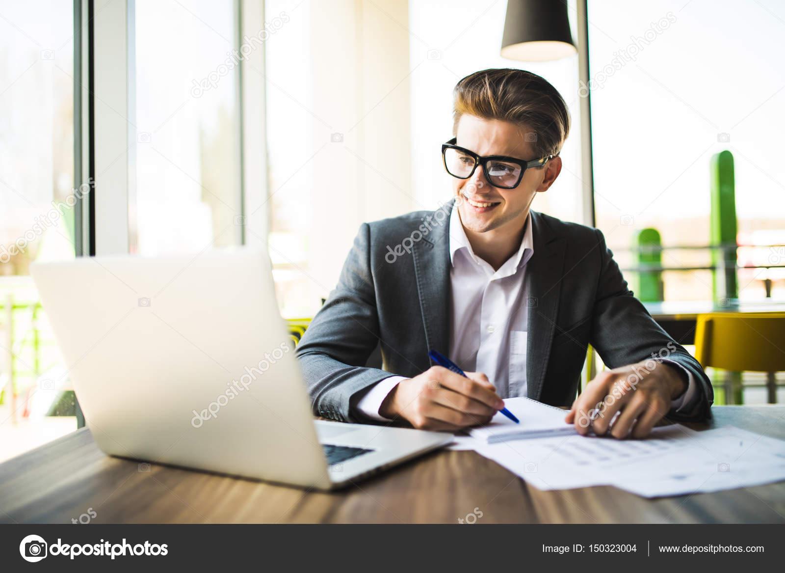 Geschäftsmann, Arbeiten Im Büro Mit Laptop Und Dokumente Auf Seinem  Schreibtisch, Berater Rechtsanwalt Konzept U2014 Foto Von Dan.grytsku.gmail.com