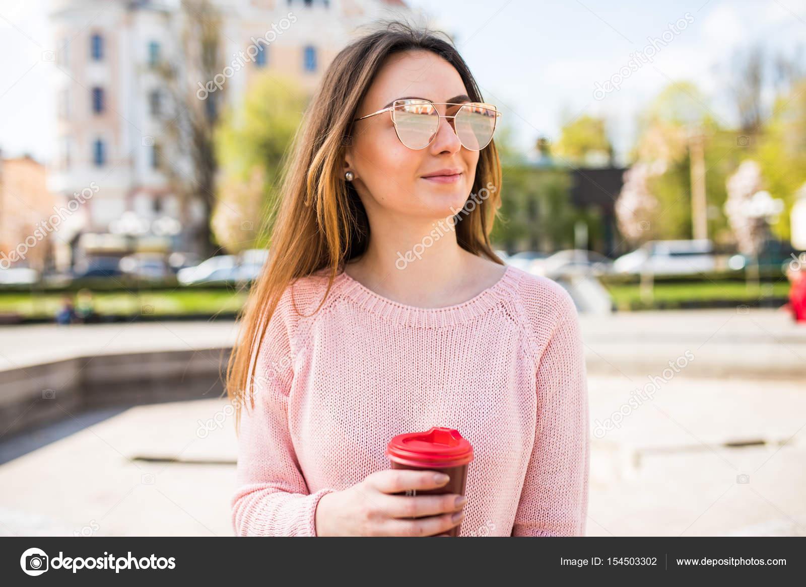 Фото одной девушки брюнетки простые